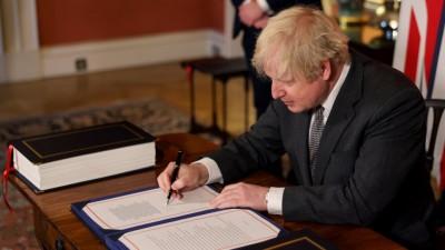 Yπέγραψε την εμπορική συμφωνία για το Brexit με την ΕΕ και o Βρετανός πρωθυπουργός Boris Johnson