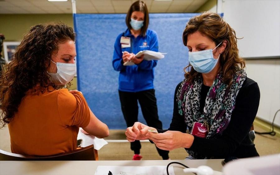 Γιατί οι παρενέργειες των εμβολίων του κορωνοΐού εμφανίζονται κατά 79% σε γυναίκες;