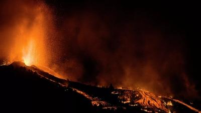 Ισπανία: Χιλιάδες εκκενώσεις μετά την ηφαιστειακή έκρηξη - Συγκλονίζουν τα πλάνα