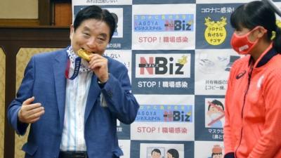 Ολυμπιονίκης της Ιαπωνίας θα λάβει νέο χρυσό μετάλλιο αφού ο Δήμαρχος το δάγκωσε! (video)