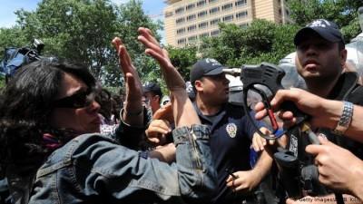 Deutsche Welle: Παρακολούθηση και βία από τις δυνάμεις ασφαλείας στην Τουρκία