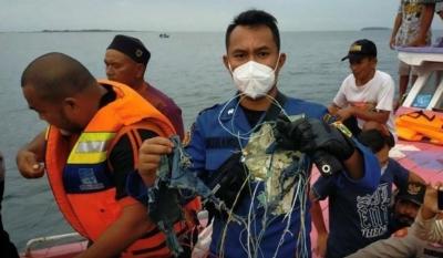 Τραγωδία στην Ινδονησία: Βρέθηκαν τα συντρίμμια του μοιραίου αεροσκάφους με τους 62 επιβαίνοντες