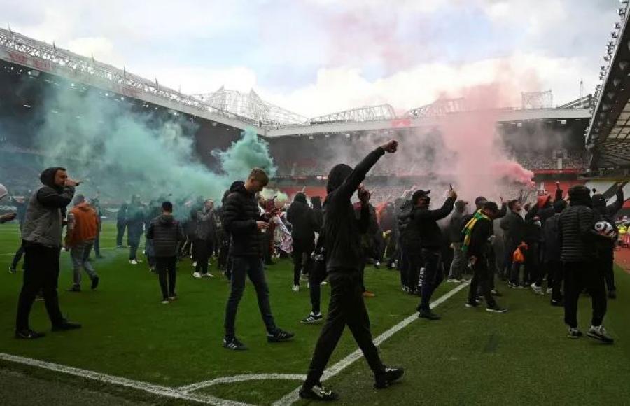 Εισβολή των οπαδών της Manchester United στο γήπεδο, στον απόηχο της κατάρρευσης της Super League