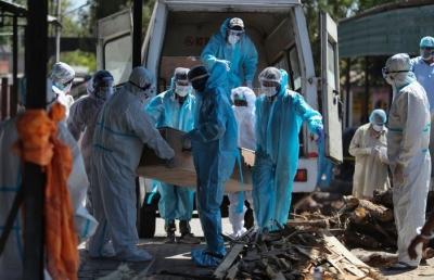 Χάος στη Ινδία: Παγκόσμιο ρεκόρ κρουσμάτων covid-19, τραγωδία με 18 νεκρούς από πυρκαγιά σε ΜΕΘ