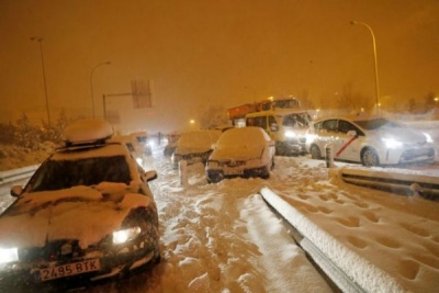 Ισπανία: Στρατιώτες βοηθούν στον απεγκλωβισμό οδηγών και αυτοκινήτων από την χιονοθύελλα
