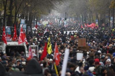 Γαλλία: Μαζική συμμετοχή στην απεργία κατά της συνταξιοδοτικής μεταρρύθμισης Macron