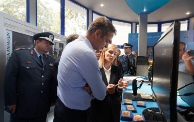 Στο περίπτερο της ΕΛ.ΑΣ ο Μητσοτάκης – Παρακολούθησε επίδειξη καταρρίχησης ομάδας της ΕΚΑΜ