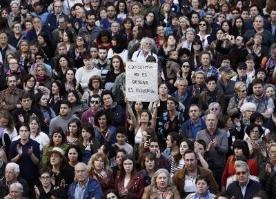 Εκατοντάδες άνθρωποι διαδήλωσαν στη Μαδρίτη ενάντια στην αθώωση 5 ανδρών για το βιασμό 14χρονης