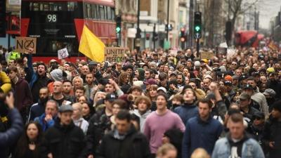 Επεισόδια και στο Λονδίνο σε μεγάλη πορεία κατά του lockdown - Πάνω από 10.000 διαδηλωτές