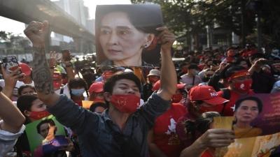 Μιανμάρ: Η στιγμή που διαδηλώτρια πυροβολείται στο κεφάλι