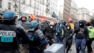 Γαλλία: Νέες σκληρές συγκρούσεις των «κίτρινων γιλέκων» με την αστυνομία - Επεισόδια και λεηλασίες καταστημάτων