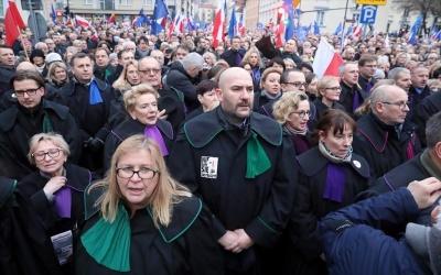 Πολωνία: Αντικυβερνητικές διαδηλώσεις στη Βαρσοβία για το έλεγχο της δικαστικής εξουσίας