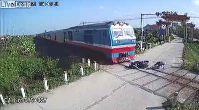 Την τελευταία στιγμή πρόλαβε να αποφύγει το τρένο. Στην κυριολεξία!