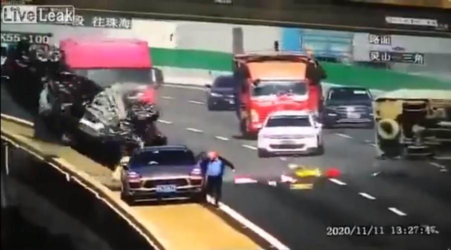 Τρομακτικό ατύχημα με αυτοκίνητο να πέφτει από γέφυρα!
