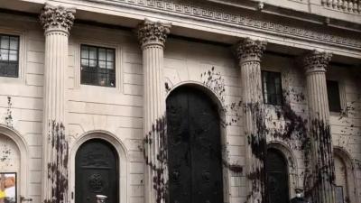 Λονδίνο: Ακτιβιστές πέταξαν μαύρη μπογιά στην Τράπεζα της Αγγλίας