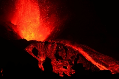 Το ηφαίστειο στη La Palma εκτοξεύει λιωμένη λάβα σε μέγεθος τριώροφου κτιρίου