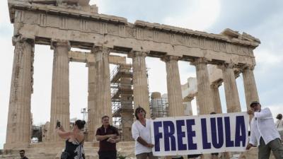 Ακτιβιστές ύψωσαν πανό για τον Lula da Silva στην Ακρόπολη