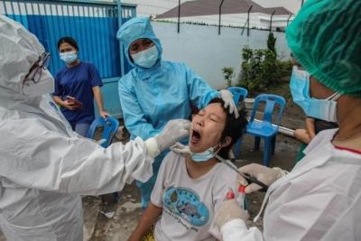 Βιετνάμ: Αστυνομικοί οδηγούν δια της βίας γυναίκα για τεστ κορωνοϊού