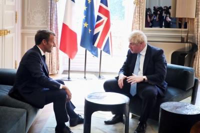 Απόπειρα Johnson να κατευνάσει την οργή Macron: Ακλόνητη η σχέση μας με τη Γαλλία