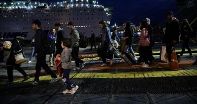 Συνεχίζεται η αποσυμφόρηση των νησιών του Αιγαίου – Στον Πειραιά περισσότεροι από 100 πρόσφυγες και μετανάστες