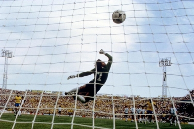 Βραζιλία-Αργεντινή 3-1! Ποδοσφαιρική «αιχμαλωσία» στο απόλυτο ντέρμπι του Μουντιάλ '82 με την αποβολή του Ντιέγκο! (video)