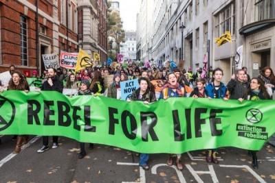 Βρετανία: Ακτιβιστές για το κλίμα διατάραξαν τη διανομή εφημερίδων