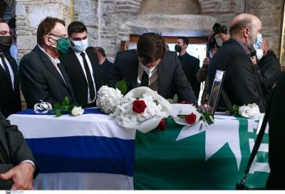 Συντετριμμένος ο Παύλος Χρηστίδης πάνω από το φέρετρο της Φώφης Γεννηματά