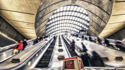 Οι Λονδρέζοι δεν κρατιούνται από την κουπαστή του μετρό λόγω κορωνοϊού και πέφτουν - Πέθαναν 12 άτομα!