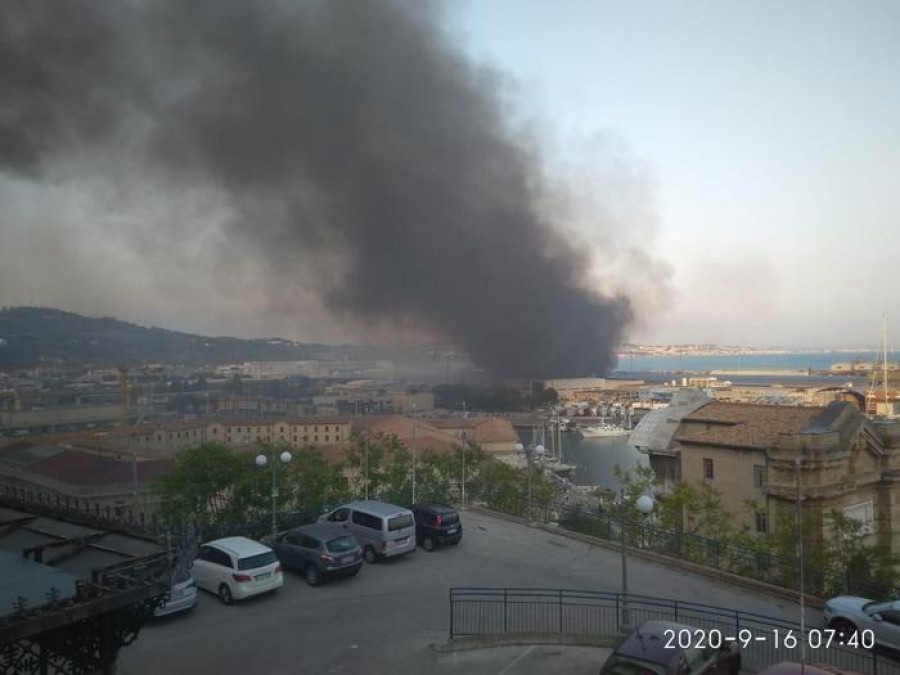 Ιταλία: Πυρκαγιά στο λιμάνι της Ανκόνα - Κλειστά σχολεία και πάρκα για προληπτικούς λόγους