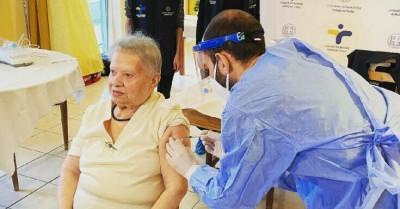 Κορωνοϊός: Δεν αισθάνομαι καμία ενόχληση λέει η 95χρονη που εμβολιάστηκε πρώτη στον οίκο ευγηρίας