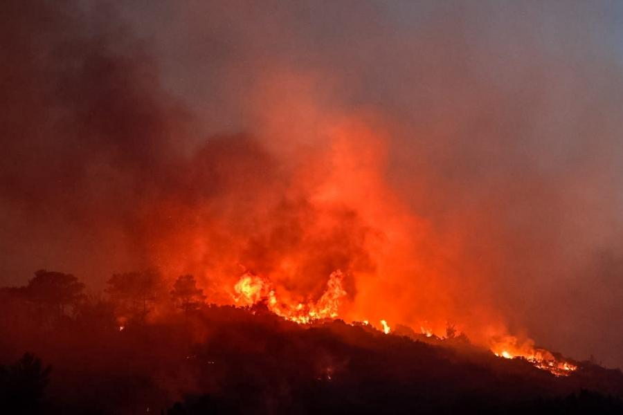 Φωτιά σε χορτολιβαδική έκταση στην Κάρυστο