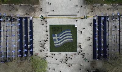 Ιστορική στρατιωτική παρέλαση για τα 200 χρόνια της Επανάστασης του 1821 - Συγκινητική έπαρση σημαίας στην Ακρόπολη