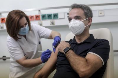 Τέλος στον κατά προτεραιότητα εμβολιασμό κυβερνητικών στελεχών, μετά τις αντιδράσεις - Το Μαξίμου αποδοκιμάζει τους υπουργούς, η Πελώνη «αδειάζει» Πέτσα