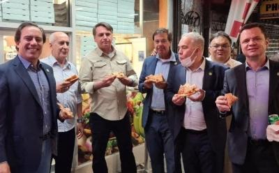 Ο πρόεδρος της Βραζιλίας Bolsonaro αναγκάστηκε να φάει πίτσα στο πεζοδρόμιο στη Νέα Υόρκη επειδή δεν έχει εμβολιαστεί