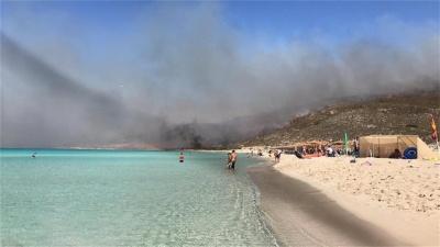 Σε ύφεση η φωτιά στην Ελαφόνησο – 63 πυρκαγιές σε ένα μόλις 24ωρο στη χώρα