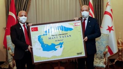 Προκλήσεων συνέχεια από Tatar (Kατεχόμενα): Φωτογραφίζεται με χάρτη της «Γαλάζιας Πατρίδας»