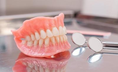Κορωνοϊός: Οι ασθενείς με μασέλα έχουν περισσότερα επικίνδυνα μικρόβια στο στόμα τους δείχνει έρευνα