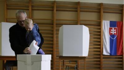 Σλοβακία: Άνοιξαν οι κάλπες για 4 εκ. πολίτες στις πρόωρες προεδρικές εκλογές μετά την παραίτηση Fico