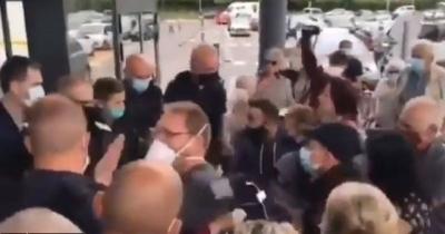 Απίστευτο: Στην Γαλλία η αστυνομία απαγορεύει την είσοδο σε supermarket σε ανεμβολίαστους – Ακρότητες στην Σιγκαπούρη
