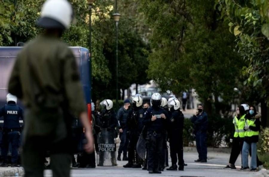 Συμπλοκές στο Κολωνό μεταξύ αντιεξουσιαστών και αστυνομικών με τέσσερις τραυματίες