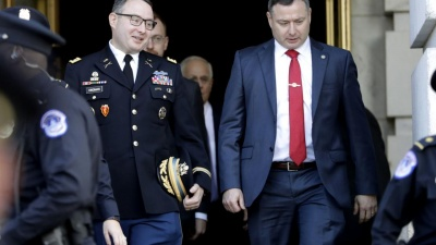Ο Trump απέλυσε δύο αμερικανούς αξιωτούχους που κατέθεσαν εναντίον του στην υπόθεση της Ουκρανίας
