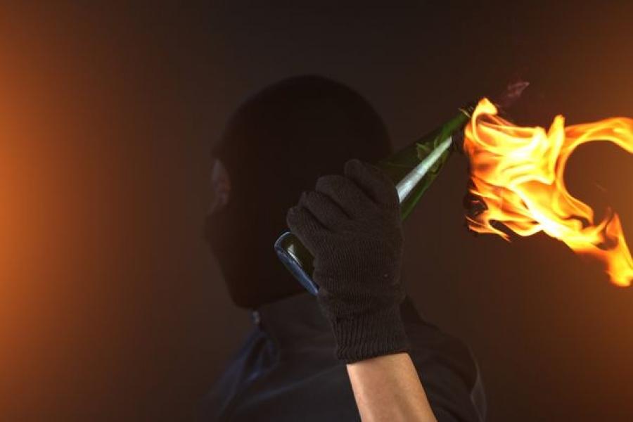 Καταδρομική επίθεση με μολότοφ στο Αστυνομικό Τμήμα Καισαριανής