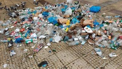 Κυψέλη: Δεκάδες σακούλες σκουπίδια μαζεύτηκαν από το πάρτι στην πλατεία Αγίου Γεωργίου