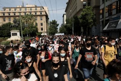 Χιλιάδες στο πανεκπαιδευτικό συλλαλητήριο παρά την απαγόρευση - Κόντρα στη Βουλή