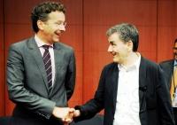 Eγκρίνει τη συμφωνία για την Ελλάδα το Eurogroup - Στα 10 δισ. η δόση για τις τράπεζες - Αλλάζει στάση και... συναινεί ο Schaeuble