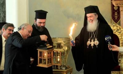 Σε κλίμα κατάνυξης το Άγιο Φως στην Ελλάδα