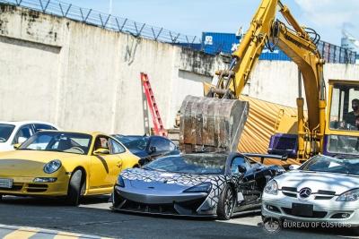 Καταστράφηκαν πανάκριβα αυτοκίνητα επειδή πέρασαν λαθραία