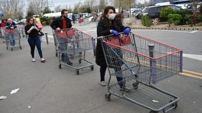 Βρετανία: Τεράστιες ουρές στα σούπερ μάρκετ έφεραν τα νέα περιοριστικά μέτρα
