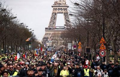 Χιλιάδες Γάλλοι διαδήλωσαν στους δρόμους του Παρισιού και της Μασσαλίας, κατά των απολύσεων
