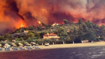 Φωτιά στην Eύβοια: Σε τρία μέτωπα η ολονύχτια μάχη με τις φλόγες – Εκκενώσεις οικισμών στη Μεσσηνία